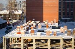 Pallet della costruzione di inverno dei mattoni nel centro urbano fotografia stock