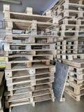 Pallet di legno imballato in una fila fotografia stock libera da diritti