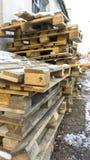 Pallet di legno, vecchi pallet sporchi di trasporto all'aperto immagine stock libera da diritti