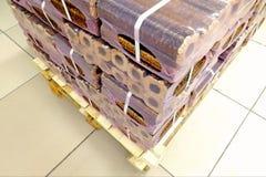 Pallet die evrodrov in plastiek verpakken die met streng verpakken en wordt gebonden royalty-vrije stock afbeeldingen