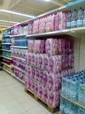 Pallet e scaffali dell'acqua in bottiglia Fotografia Stock