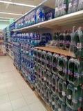 Pallet e scaffali dell'acqua in bottiglia Fotografie Stock