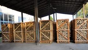 Pallet gehakt brandhout Stock Afbeeldingen