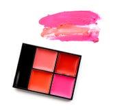 Pallete del rossetto e rossetto macchiato isolati su fondo bianco Fotografie Stock Libere da Diritti