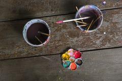 Palletes y cepillos de pintura Imagen de archivo libre de regalías