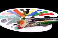 Pallette com escovas e pinturas Fotos de Stock