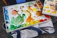 Pallette usato variopinto di colore di acqua con le macchie dei modelli e delle marcature della pittura fotografia stock