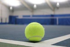 Pallina da tennis alla corte dell'interno Immagini Stock Libere da Diritti