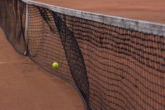 Pallina da tennis che colpisce rete immagine stock