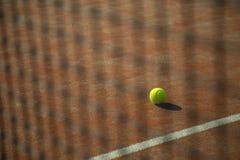 Pallina da tennis con il campo e la rete Fotografia Stock