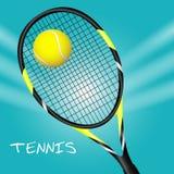 Pallina da tennis con la racchetta Fondo di sport Fotografia Stock