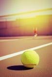Pallina da tennis e giocatore con lo spazio della copia Immagine Stock