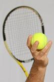 Pallina da tennis e preparare fare un servizio Fotografie Stock