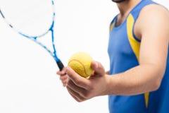 Pallina da tennis e racchetta della tenuta dell'uomo Fotografie Stock