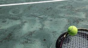 Pallina da tennis e racchetta nella corte fotografia stock libera da diritti