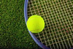 Pallina da tennis e racchetta sopra erba fotografia stock libera da diritti