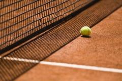 Pallina da tennis e rete su Clay Court Immagini Stock Libere da Diritti
