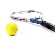 Pallina da tennis gialla e racchetta isolate su un fondo bianco Immagine Stock Libera da Diritti