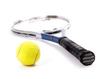 Pallina da tennis gialla e racchetta isolate su un fondo bianco Immagini Stock Libere da Diritti