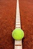 Pallina da tennis su una linea Immagini Stock Libere da Diritti