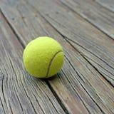 Pallina da tennis su fondo di legno Immagini Stock Libere da Diritti