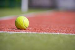 Pallina da tennis su un campo arancio verde Immagine Stock Libera da Diritti