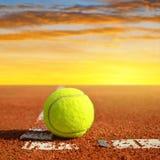 Pallina da tennis su un campo in argilla di tennis Fotografie Stock Libere da Diritti