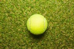 Pallina da tennis sul campo da tennis sull'erba di tennis Fotografia Stock