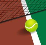 Pallina da tennis sulla linea dell'angolo della corte Fotografia Stock