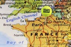 2016 Pallina da tennis ufficiale di Roland Garros come perno sulla mappa della Francia, appuntata su Parigi Immagini Stock