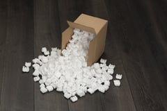 Palline bianche della schiuma dal contenitore del cartone Fotografie Stock Libere da Diritti