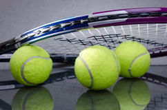 Palline da tennis con la racchetta Fotografie Stock