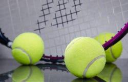Palline da tennis con la racchetta Immagini Stock
