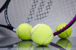Palline da tennis con la racchetta Fotografia Stock