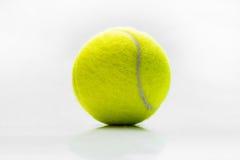 Palline da tennis da una scatola metallica su bianco Fotografia Stock