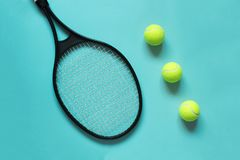 Palline da tennis e racchetta su fondo blu Attrezzatura di sport Immagini Stock Libere da Diritti