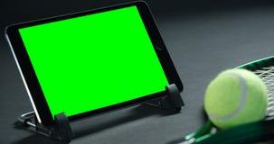 Palline da tennis, racchetta e compressa digitale in studio 4k archivi video