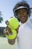 Palline da tennis senior della tenuta della donna Immagine Stock Libera da Diritti