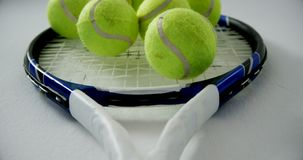 Palline da tennis sulla racchetta 4k archivi video