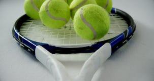 Palline da tennis sulla racchetta 4k video d archivio