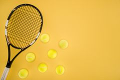 Palline da tennis in una fila isolate Immagine Stock