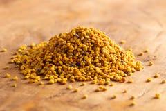 Palline del polline giallo dell'ape immagini stock libere da diritti