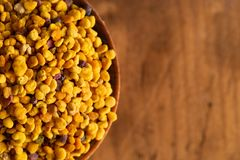 Palline del polline giallo dell'ape fotografie stock