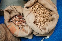 Palline fatte dalle colture energetiche in borse organiche fotografia stock libera da diritti
