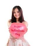 Pallone adorabile dei biglietti di S. Valentino di manifestazione della ragazza isolato immagine stock libera da diritti