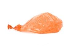 Pallone arancio sgonfiato isolato sopra bianco Fotografie Stock Libere da Diritti