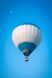 Pallone bianco di volo Fotografie Stock Libere da Diritti
