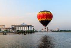 Pallone caldo su aria con il fondo dei ponti e della moschea Fotografia Stock