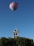 Pallone che galleggia sopra il tribunale Fotografie Stock Libere da Diritti