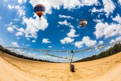 Pallone che sorvola campo con irrigazione automatica Fotografia Stock